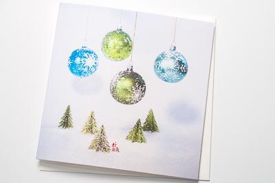Weihnachtskarte Kugeln mit Schneefall